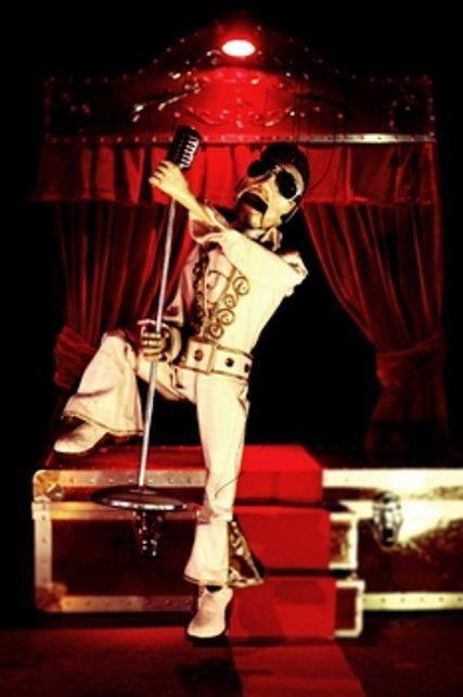 rey del rock. Las marionetas recrean grandes clásicos de los años 50 y 60.