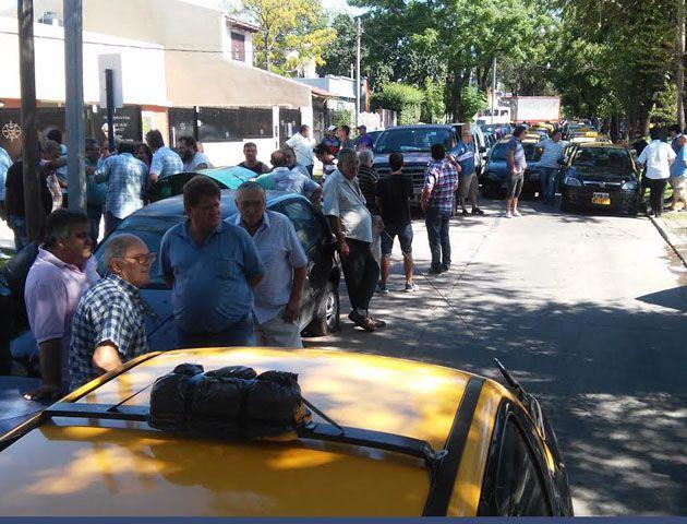 Compañeros y amigos asistieron al sepelio del taxista fallecido. (Foto: S. Suárez Meccia)