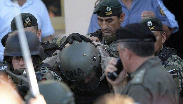 El traslado. Con un casco de Gendarmería puesto
