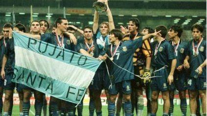 Scaloni en 1997 Malasia como campeón Sub 20, siempre con Pujato en el corazón.
