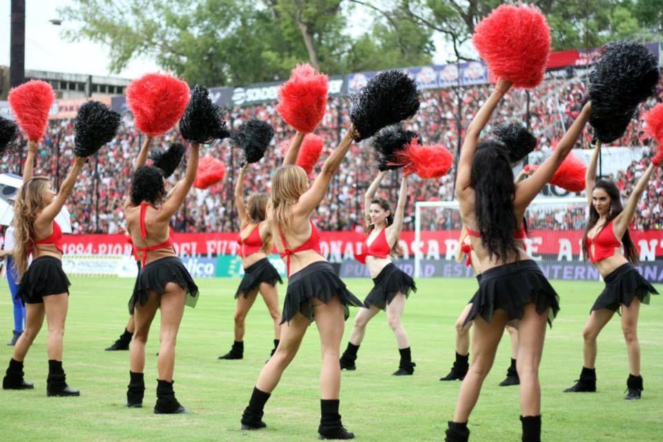 Las chicas desplegaron una coreografía que despertó elogios en la platea masculina.