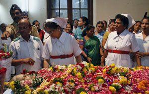 El cuerpo de la enfermera Aruna Shanbaug recibe el último adiós por parte de familiares y colegas. (Foto: AP)