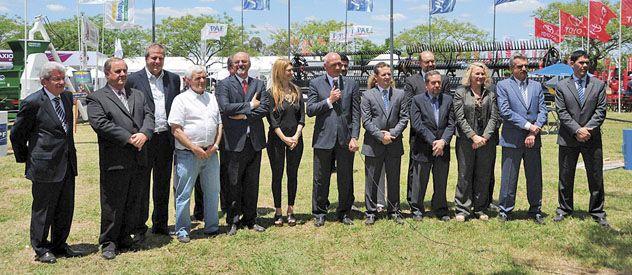 El gobernador Antonio Bonfatti habla durante la recorrida de la muestra Pyme que se realizó en Las Parejas junto con funcionarios nacionales