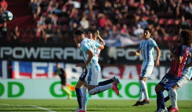 Golazo. Mauricio Martínez ya impactó de cabeza tras el tiro libre y vence la resistencia de Torrico. Fue apertura y sentencia.