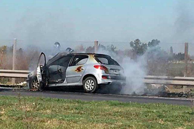 Un auto se prendió fuego en plena autopista a Santa Fe