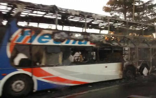 El ómnibus de la empresa Flecha Bus resultó muy afectado por las llamas. (Foto: Twitter Red de Emergencias)