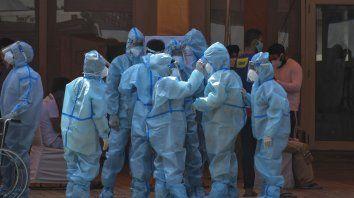Trabajadores de la salud y voluntarios esperan recibir a los pacientes fuera de un hospital que se instaló en un Sikh Gurdwara, en Nueva Delhi, India. Los casos de covid-19 en el país están aumentando en cifras récord.