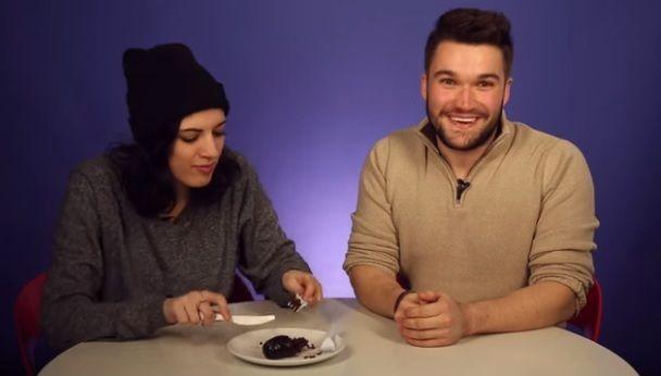 Una pareja de estadounidenses probó pro primera vez una morcilla.