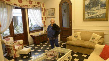 Alejandra Fracassi vive en el primer piso de la casa que su abuelo le encargó a Ángel Guido hace casi cien años, frente a la plaza Sarmiento.