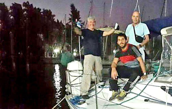 Incógnita. Jorge Benozzi (izquierda) y dos compañeros de travesía en una fotografía tomada antes de zarpar.