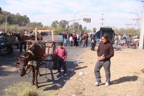 Los cartoneros piden que los dejen trabajar y cortan Uriburu y Avellaneda