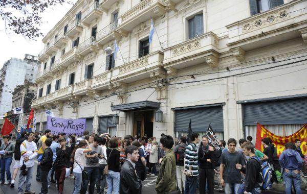 Los alumnos del politécnico se movilizaron hasta el rectorado de la UNR para pedir justicia en al supuesto caso de abuso.