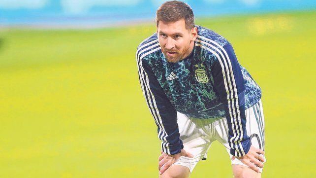 Otea el horizonte. Messi y un gesto en pleno descanso adentro de la cancha. Leo aguarda rival para el sábado.