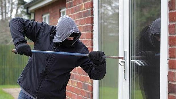 El delincuente quedó atrapado en la casa que entró a robar luego de que se cierre la puerta.