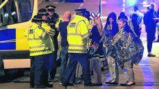 miedo. La policía asiste a un grupo de mujeres en las inmediaciones del estadio Manchester Arena.