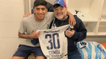La 30 de Comba en Gimnasia, junto a Diego Maradona, su técnico de entonces. Ahora viene para firmar en Newells.