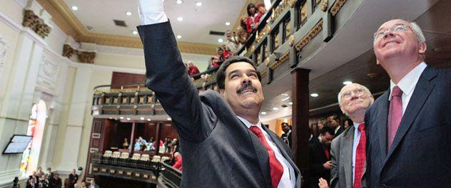 Juntos. Maduro saluda a la tribuna de la Asamblea. A su lado