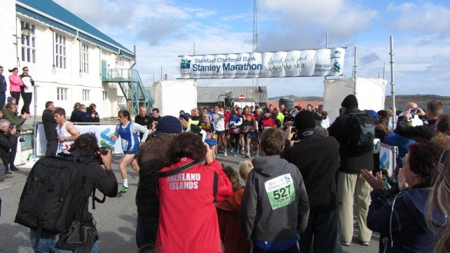 Domingo de sol. Largada de un maratón en Puerto Argentino