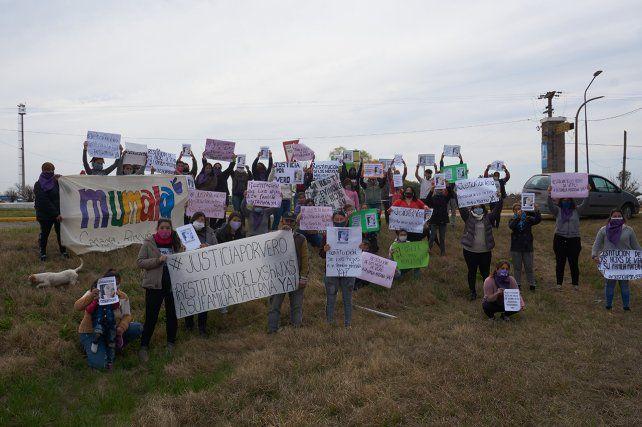 Agrupaciones de defensa de los derechos de la mujer se movilizaron ayer en el ingreso a Casas.