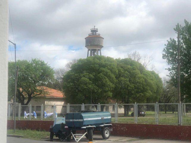 Paramédicos trasladan dos cuerpos en el Hospital Eva Perón de Granadero Baigorria.