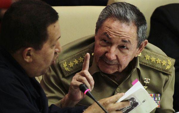 El presidente Chávez charla con su amigo Raúl Castro