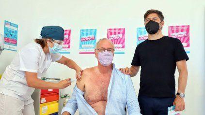 MÁS DE 60. El ministro bonaerense Daniel Gollán recibió la vacuna junto al gobernador Axel Kicillof.