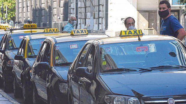 Sin pasajeros. El aislamiento social obligatorio dejó con muy poca actividad a los taxistas rosarinos.