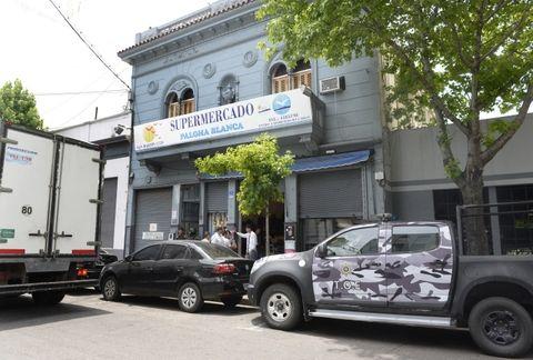 Tras la pista de la granada. En este supermercado de San Martín al 1500 la Tropa Operaciones Especiales halló cerca de 3 millones de pesos. (Silvina Salinas / La Capital)
