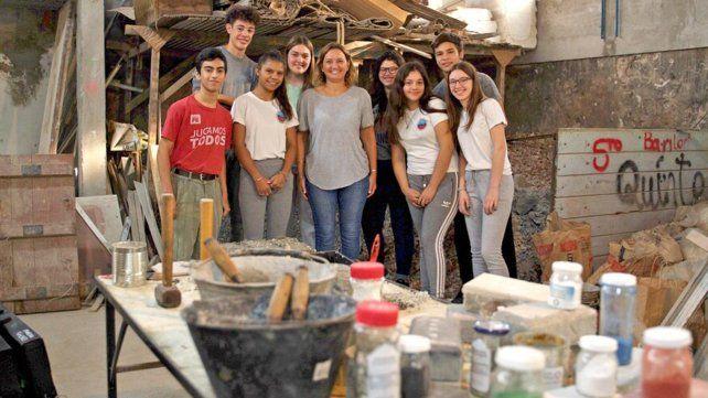 La profe Mariela junto a sus estudiantes. La propuesta fue utilizar los residuos que se generaban en la escuela