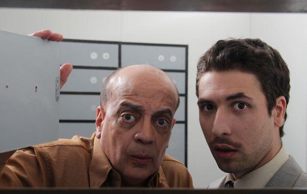 Cristian Valci y Nicolás Valentini interpretan a un cliente y un empleado de un banco encerrados en la bóveda.