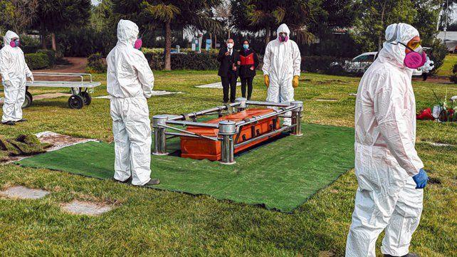 santiago. Trabajadores llevan a su tumba el cuerpo de Mónica Lagos