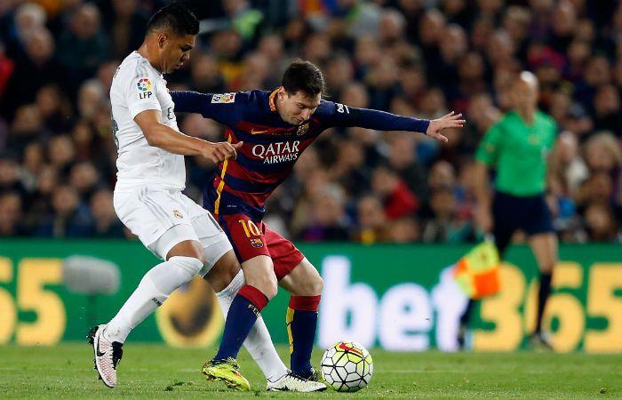 Lionel Messi cuida la pelota ante la férrea marca de Casemiro.