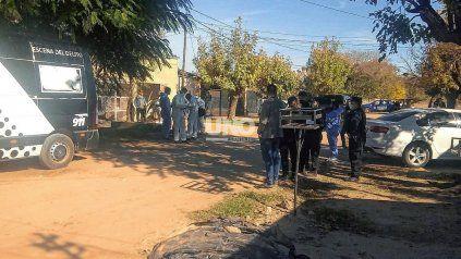 Dos hermanos fueron baleados este sábado por la mañana en barrio Cabal. Uno falleció y el otro permanece internado en grave estado.