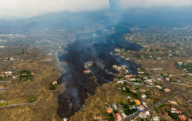 Vista aérea de la lava que fluye destrozando viviendas y obligando la evacuación de centenares de personas