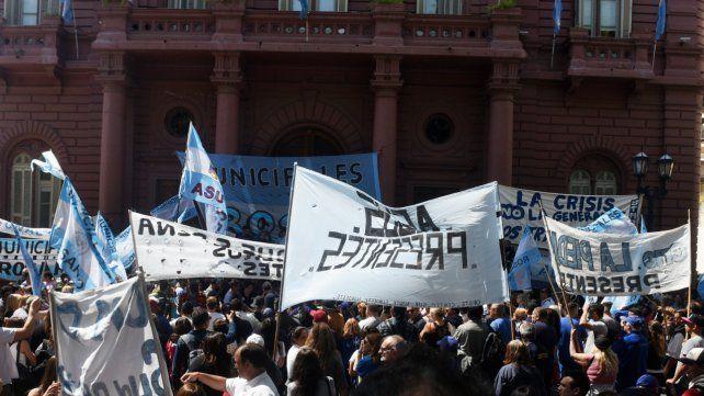 Presentes. Un nutrido grupo se concentró ante las puertas del Palacio Municipal.