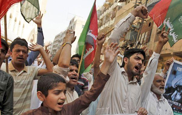 Inflamable. Paquistaníes repudiaron en la calle la ofensiva militar de países árabes contra los shiítas yemeníes.