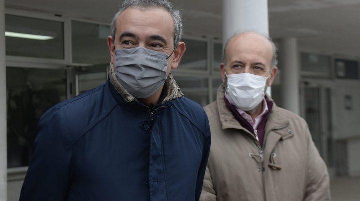 El intendente Pablo Javkin y el secretario de Salud, Leonardo Caruana, durante la recorrida por el Distrito Sudoeste.
