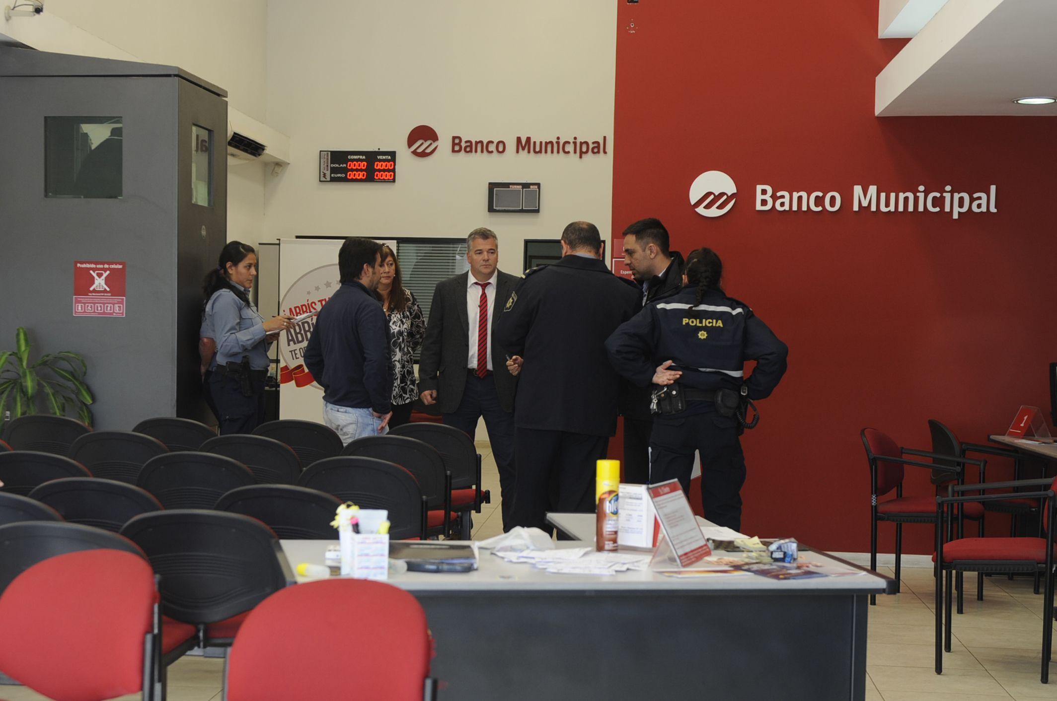 La sucursal Empalme Graneros del Banco Municipal sufrió un asalto tipo comando hoy al mediodía.