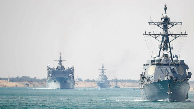 En camino. Destructores y naves de abastecimiento de EEUU cruzan el Canal de Suez hacia el Mar Rojo.