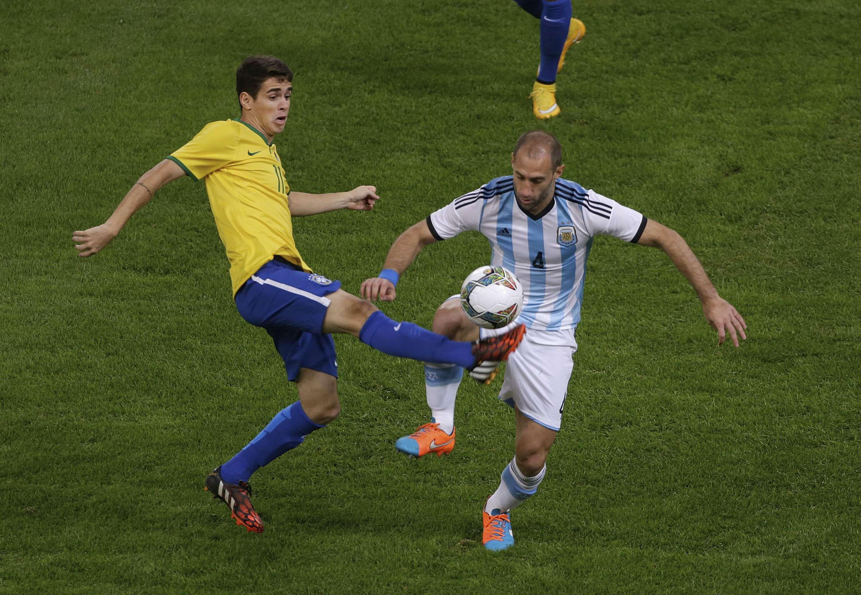 Zabaleta disputa el balón con Oscar en un pasaje del partido. (Foto Reuters)
