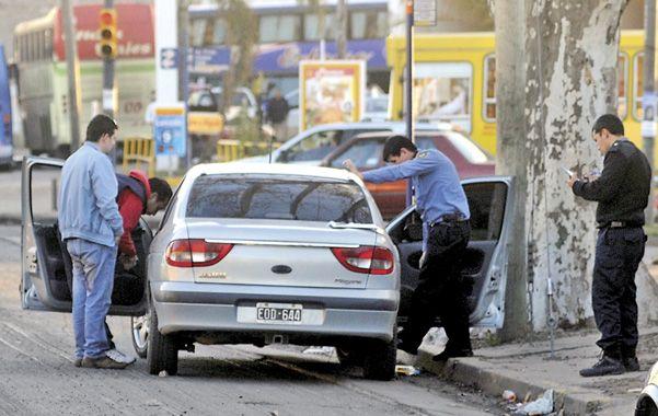 En la esquina. El ataque ocurrió mientras la víctima y su hijo esperaban a bordo de su auto la luz verde del semáforo.