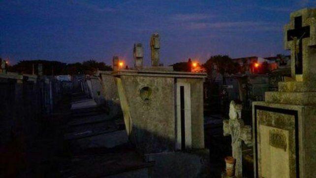 Las siluetas de las tumbas se dibujan bajo la noche.