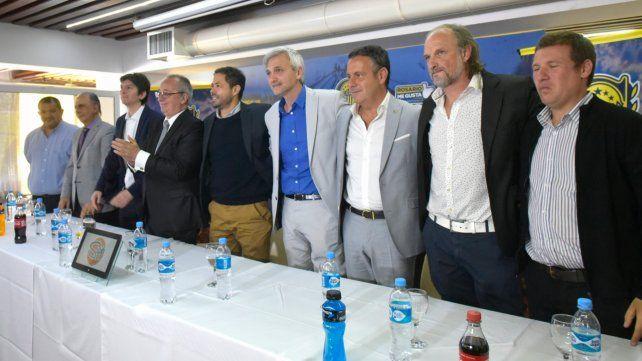 Plana mayor. En la mesa estuvieron algunos de los que dejan el club y otros de los que ayer entraron en funciones.