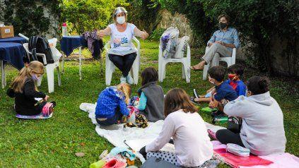 El jardín de la casa que perteneció a Olga y Leticia recibe los sábados a niñas y niños. Las artes plásticas, la lectura y la poesía tienen lugar en el sitio.