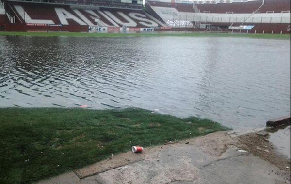 El estadio de Lanús se anegó en pocos minutos debido a la intensidad de la tormenta.