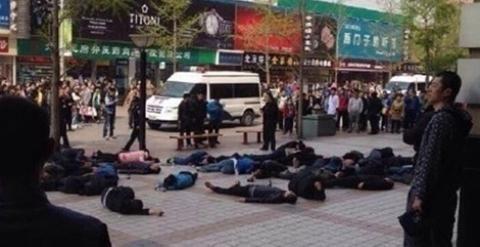 Los choferes de taxis antes de ser asistidos por el servicio de urgencias de Pekín.