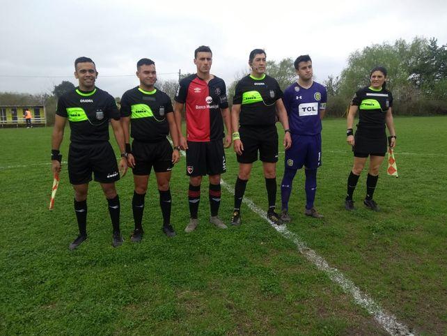 La foto clásica. El árbitro Pablo Ocampo con sus colaboradores y los capitanes de Central y Newell