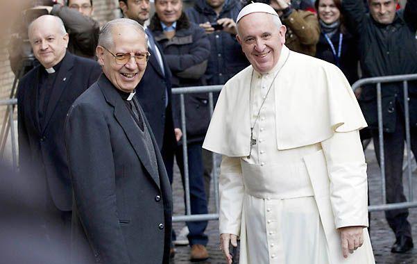 El Papa Francisco al saludarse el viernes con el líder de los jesuitas (Compañía de Jesús)