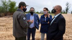 La ministra de Medio Ambiente, Érika Gonnet, con funcionarios de Parques Nacionales en la isla Sabino Corsi.