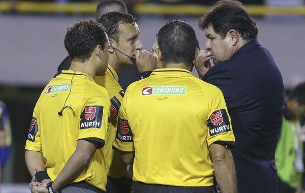 El veedor dialoga con el árbitro Darío Herrera y sus colaboradores durante el papelón que se vivió en el superclasico por la Copa.